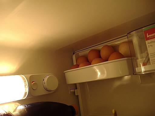 ako sa citi potravina hore v zavretej chladnicke, nad zltym vrchnakom spinac zavretych dveri, ktory aktivuje rezim tlmeneho svetla resp. ho zhasina uplne, vlavo prepinac rezimu osvetlenia s cerv. farbou